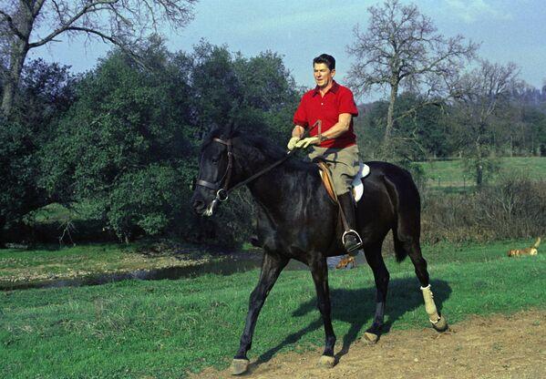 Il governatore della California Ronald Reagan va a cavallo nel suo ranch vicino ad Auburn, in California - Sputnik Italia