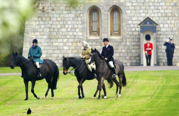 La regina Elisabetta II e sua figlia la Principessa Anna a cavallo nel Castello di Windsor - Sputnik Italia