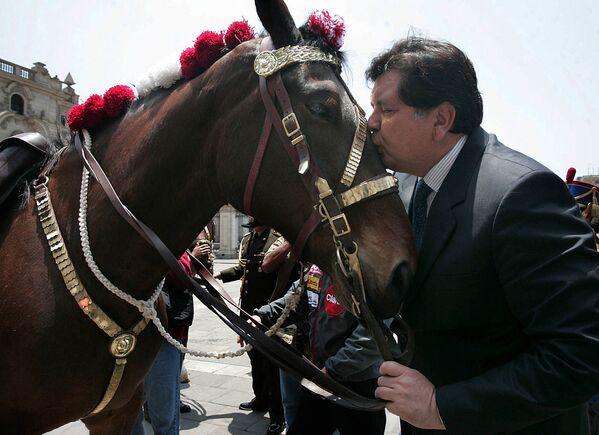 Il presidente peruviano Alan Garcia bacia un cavallo nel palazzo del governo a Lima - Sputnik Italia