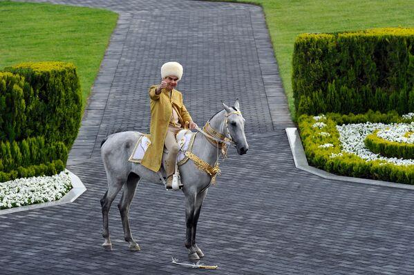 Il presidente del Turkmenistan Gurbanguly Berdimuhamedov sullo stallone Akhal-Teke partecipa alla celebrazione della Giornata del cavallo ad Ashgabat - Sputnik Italia