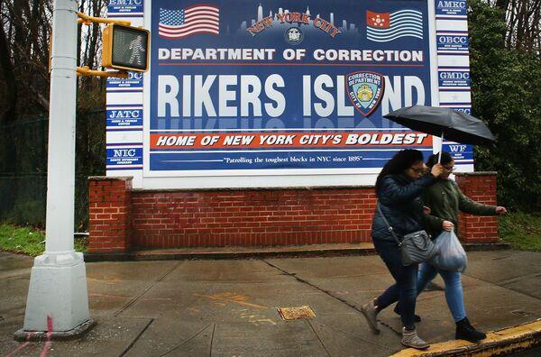 Un poster all'ingresso della prigione di Rikers Island, dove si trova la più grande colonia penale del mondo, New York, USA - Sputnik Italia