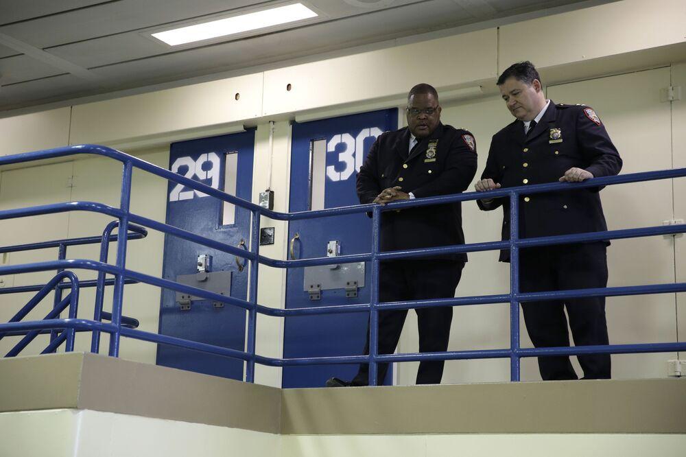 Una guardia carceraria della prigione di Rikers Island in attesa della conferenza stampa