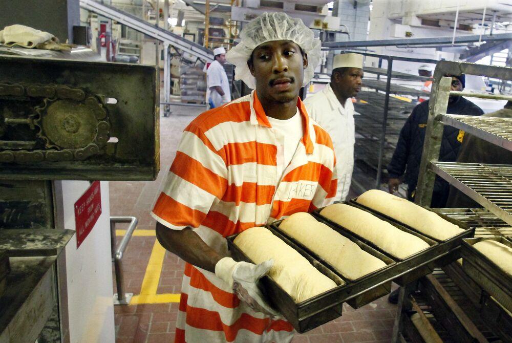 Il prigioniero Nikos Alexis nella panetteria della prigione più grande del mondo Rikers Island a New York, USA