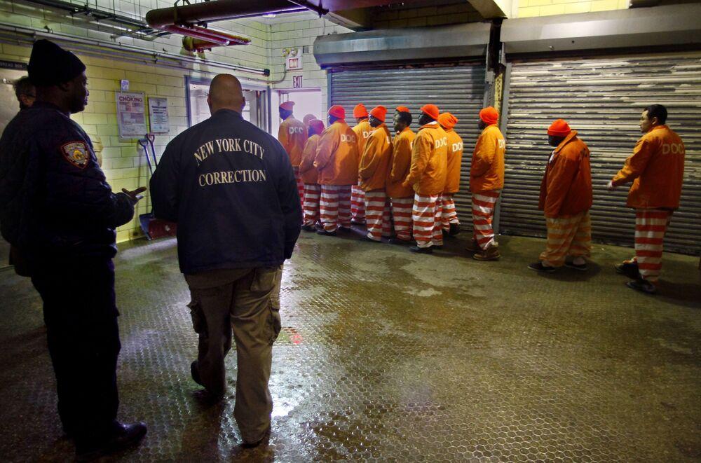 Un gruppo di detenuti dopo il turno di mattina lascia il panificio della prigione più grande del mondo Rikers Island a New York, USA