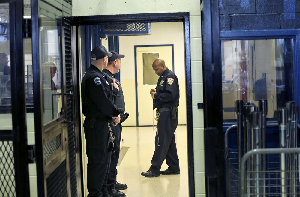 Una guardia carceraria della prigione più grande del mondo Rikers Island a New York, USA