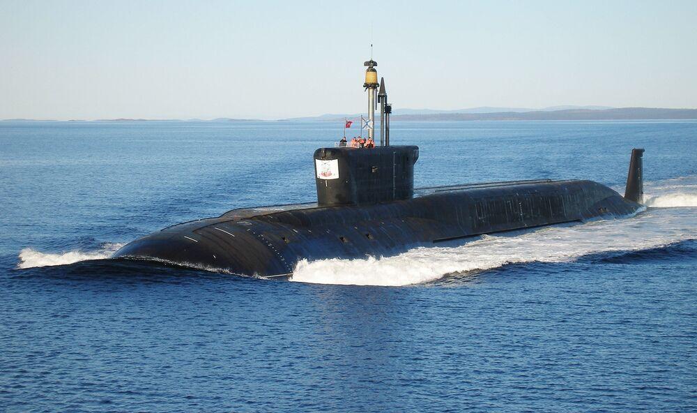 Il sottomarino nucleare Jurij Dolgorukij durante le prove di navigazione.