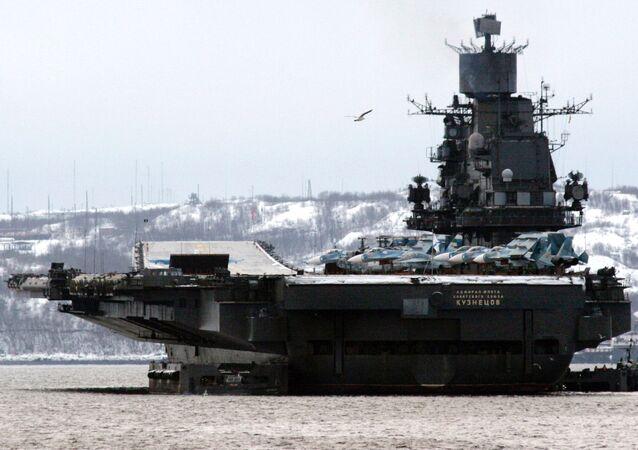 L'incrociatore portaerei pesante Admiral Flota Sovetskogo Sojuza Kuznecov (Ammiraglio della flotta dell'Unione Sovietica Kuznecov) della Flotta del Nord russa.