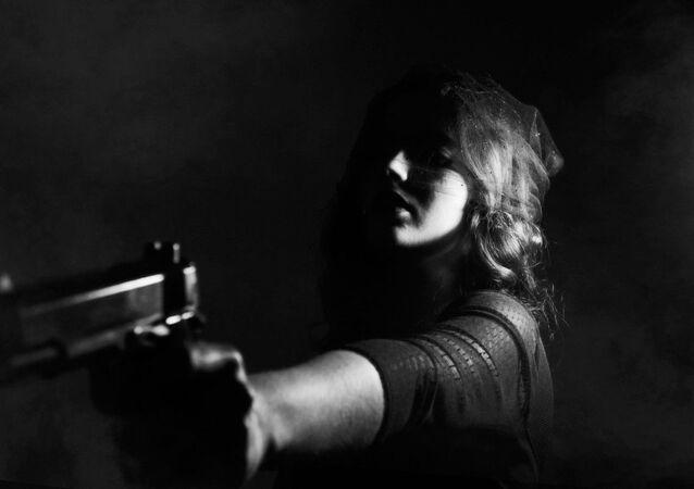 Una donna con una pistola