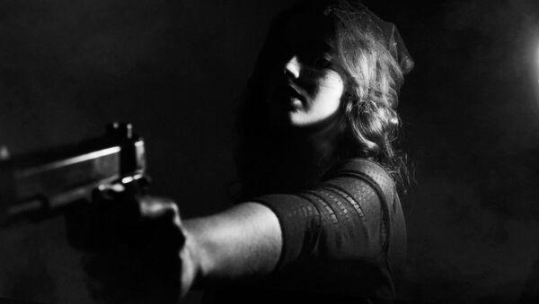 Una donna con una pistola - Sputnik Italia