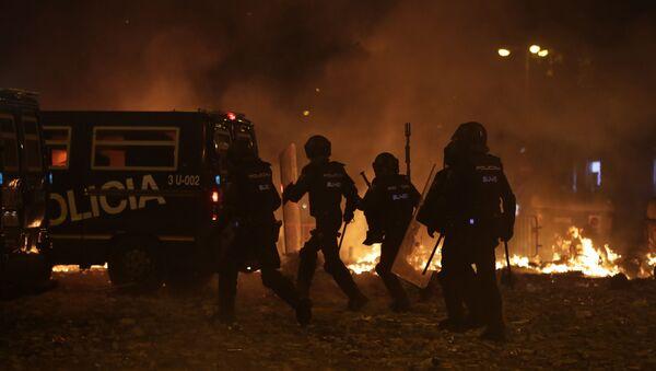Polizia spagnola prende posizione a Barcellona durante le proteste - Sputnik Italia