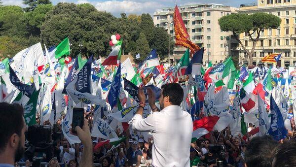 Matteo Salvini saluta i sostenitori in piazza San Giovanni a Roma - Sputnik Italia