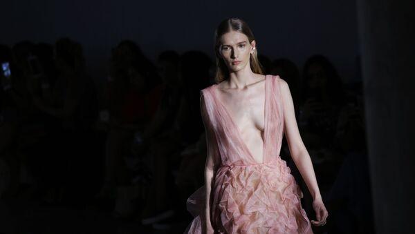 Una modella mostra un vestito di Fabiana Milazzo alla San Paulo Fashion Week a San Paolo, in Brasile. - Sputnik Italia
