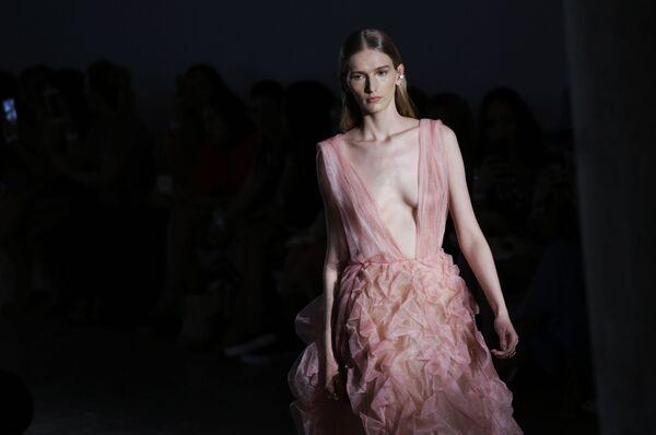Una modella mostra un abito firmato da Fabiana Milazzo alla San Paulo Fashion Week a San Paolo, in Brasile. - Sputnik Italia