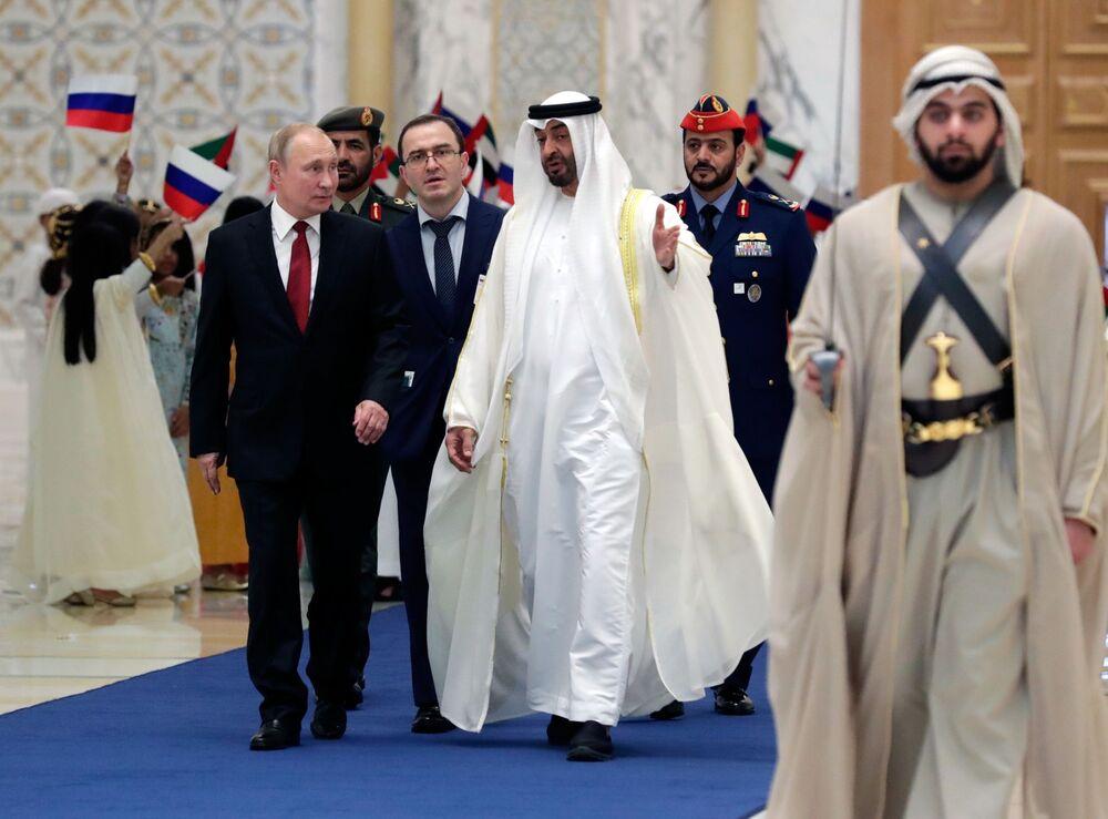Il presidente russo Vladimir Putin incontra il principe ereditario Mohammed bin Zayed Al Nahyan durante la sua visita negli Emirati Arabi Uniti.