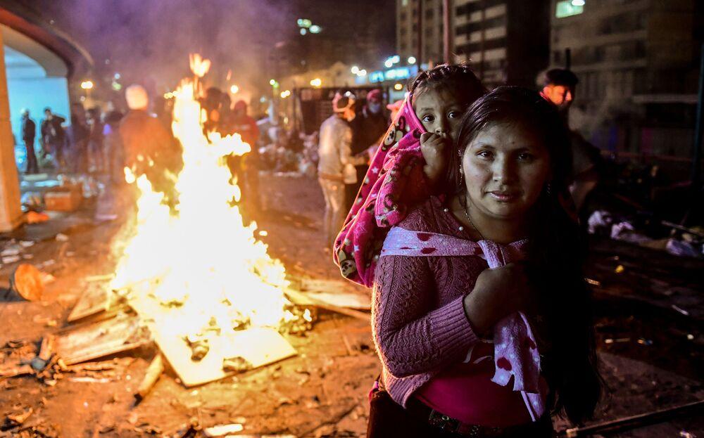 Una donna con sua figlia durante le proteste a Quito, in Ecuador.