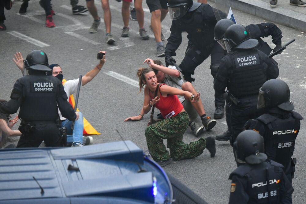 Gli scontri tra manifestanti e forze dell'ordine all'aeroporto El Prat di Barcellona.
