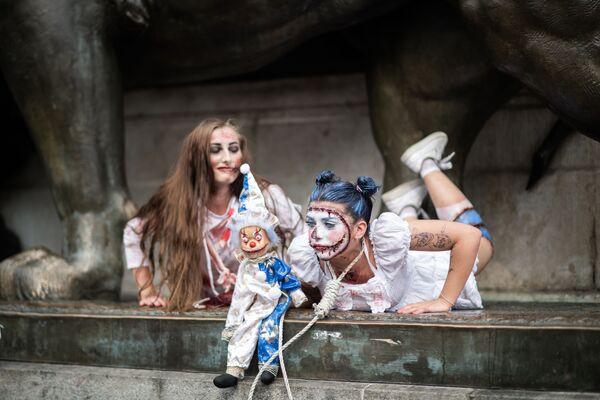 Ragazze vestite da zombie partecipano allo Zombie Walk a Parigi. - Sputnik Italia