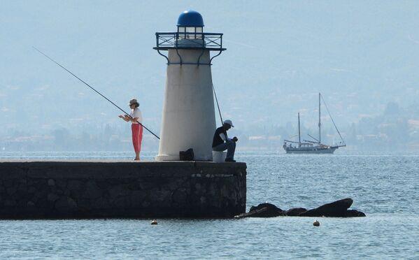 Pescatori in un molo sull'isola di Eubea nel Mar Egeo, in Grecia. - Sputnik Italia