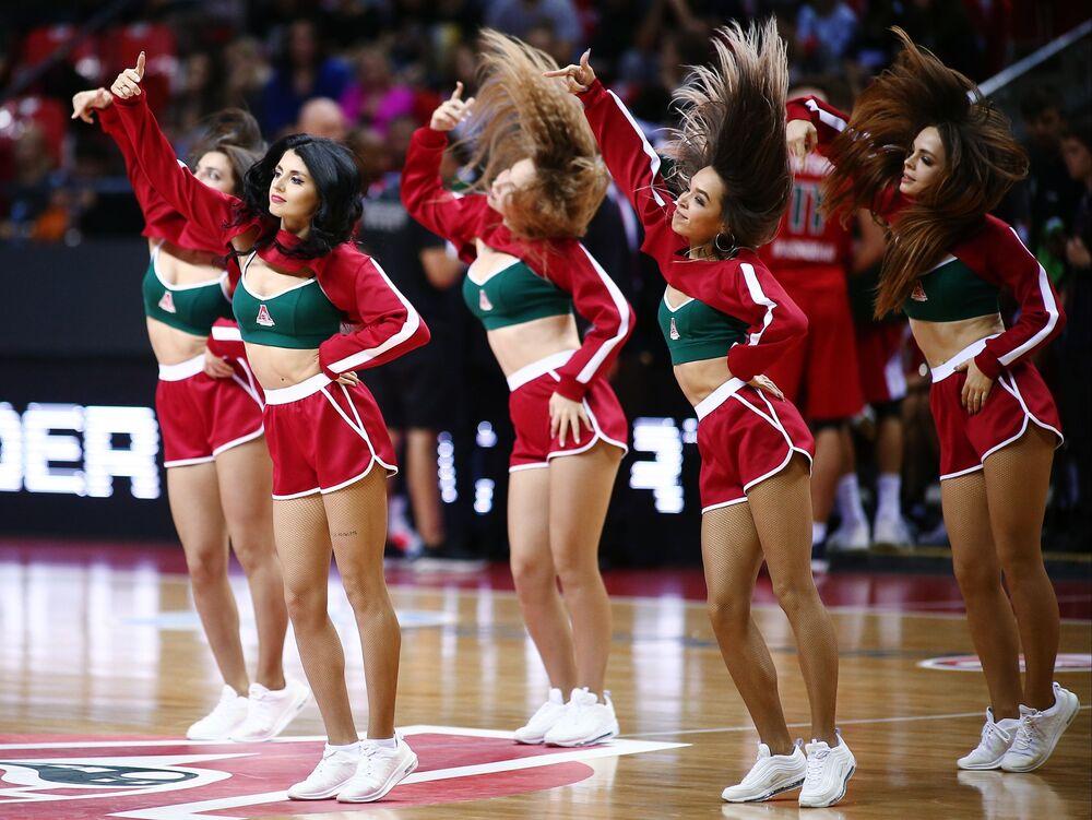 Le cheerleader della squadra di pallacanestro Lokomotiv-Kuban durante la partita dell'EuroCup con il Limoges Cercle Saint-Pierre.
