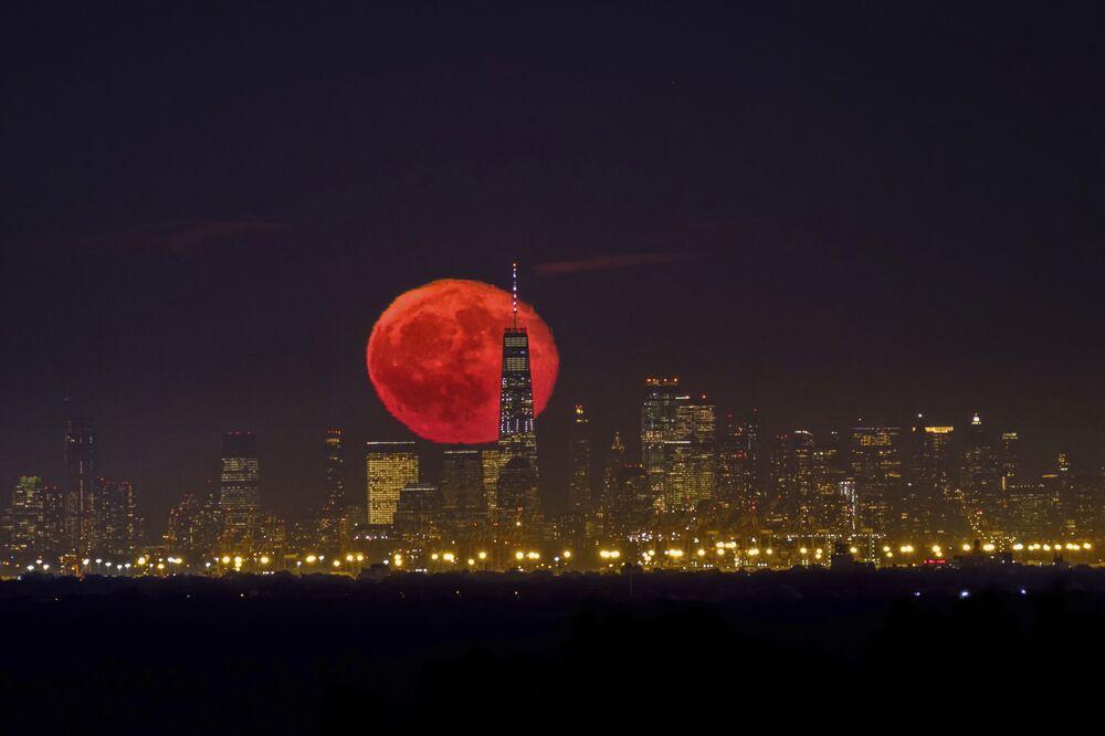 La Luna di Sangue sorge sopra i grattacieli di New York.