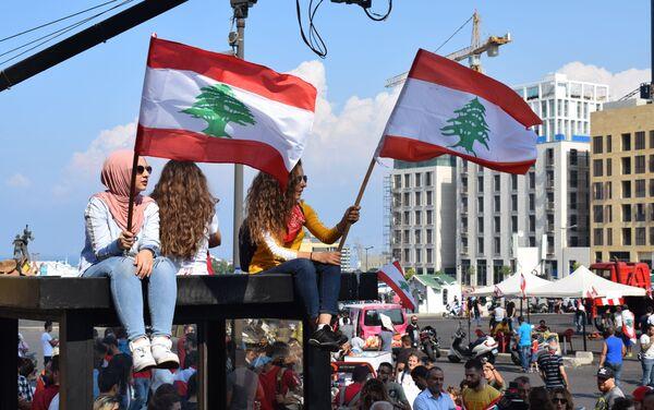 Ragazze sventolano le bandiere libanesi in piazza dei Martiri a Beirut - Sputnik Italia