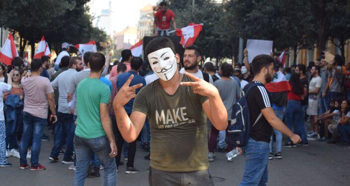 I manifestanti bloccano una strada nel centro di Beirut