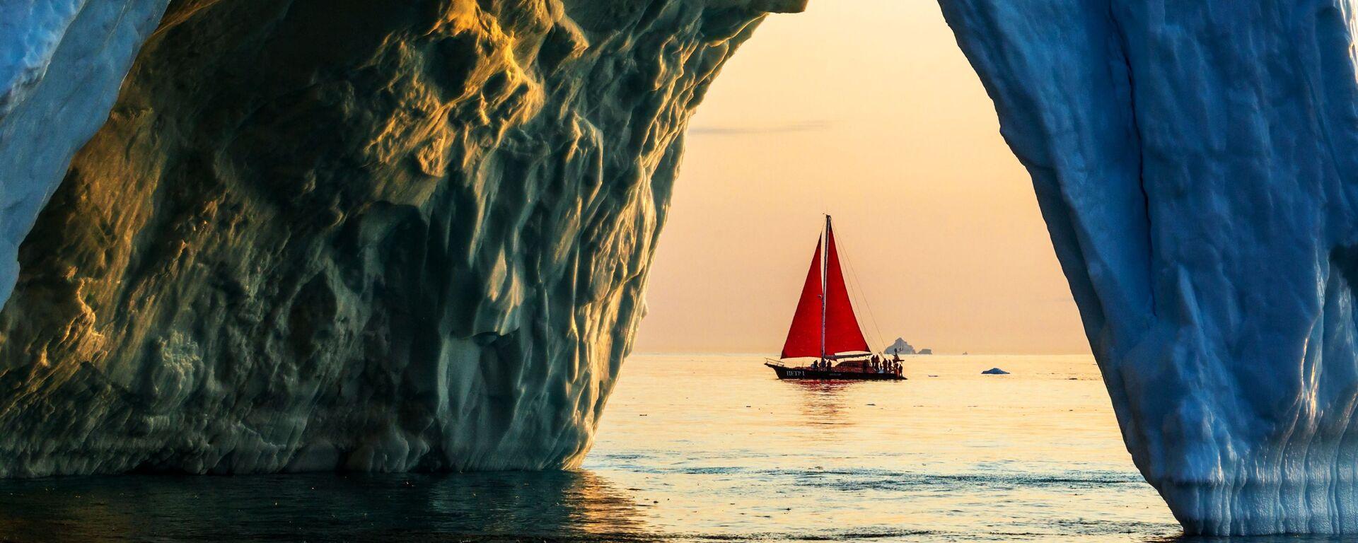 Lo yacht 'Pietro il Grande' naviga vicino ad un iceberg nelle acque della Groenlandia durante la spedizione della società russa Rusark - Sputnik Italia, 1920, 22.10.2019