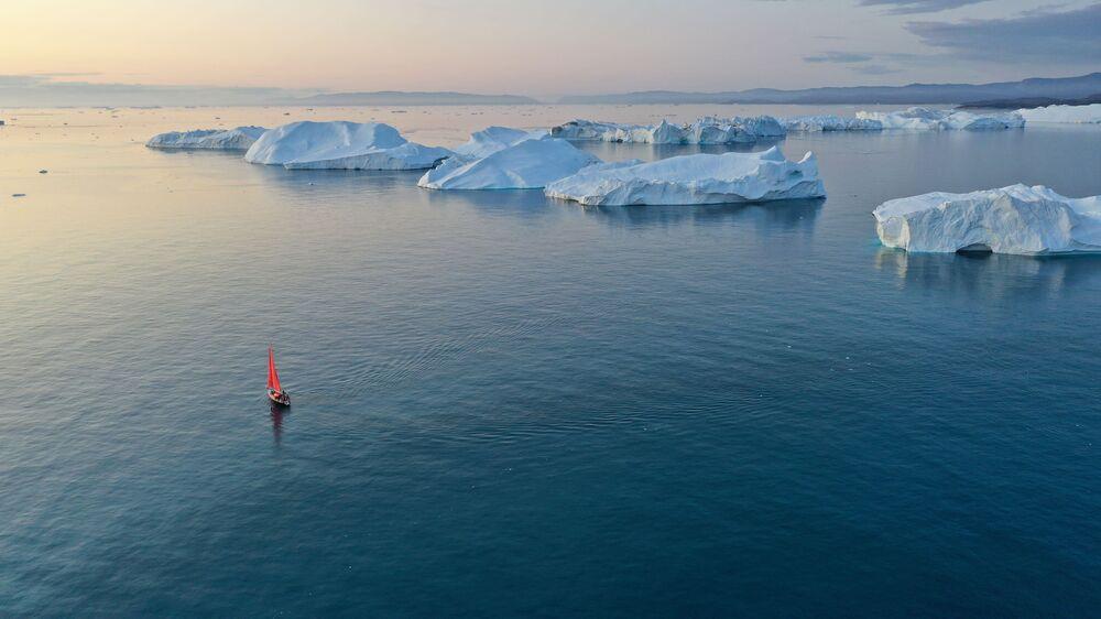 Lo yacht 'Pietro il Grande' naviga vicino agli iceberg tra le acque dell'isola della Groenlandia durante la spedizione della società russa Rusark