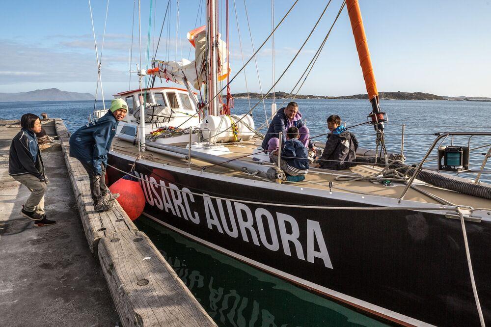 Lo yacht 'Rusark Aurora' nel porto della città di Nanortalik in Groenlandia durante la spedizione della società russa Rusark