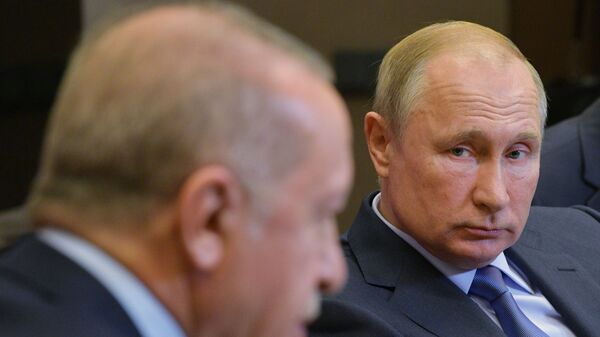 Russian President Vladimir Putin listens to his Turkish counterpart Recep Tayyip Erdogan during their meeting in the Black Sea resort of Sochi, Russia - Sputnik Italia