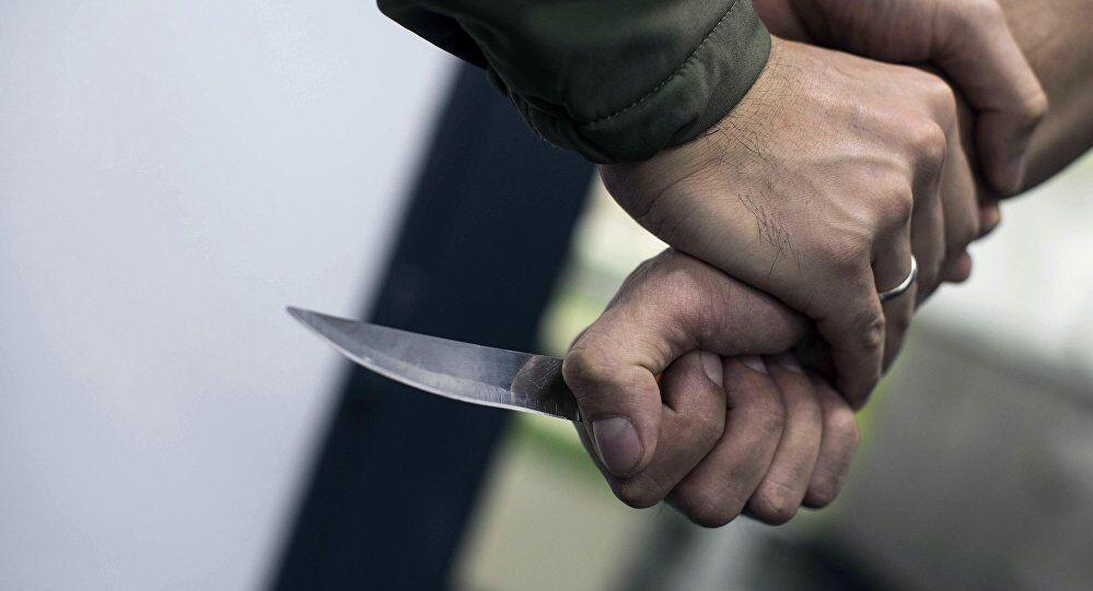 Un uomo con un coltello