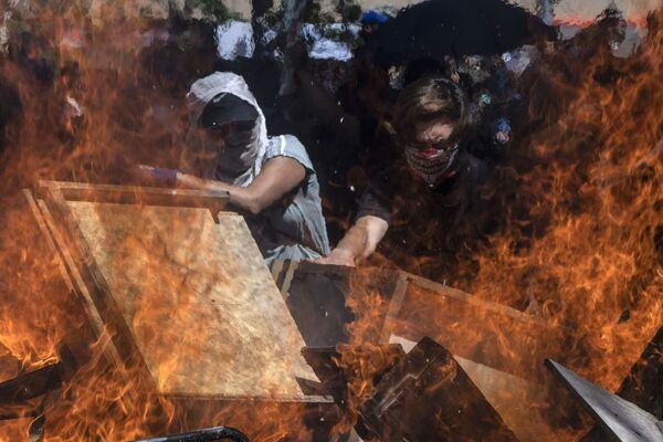 I manifestanti durante le proteste in Piazza Italia a Santiago il 22 ottobre 2019, Cile - Sputnik Italia