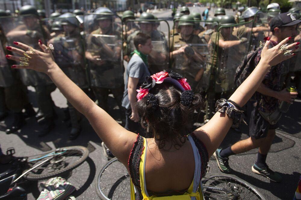 Una manifestante durante le proteste in Piazza Italia a Santiago il 22 ottobre 2019, Cile