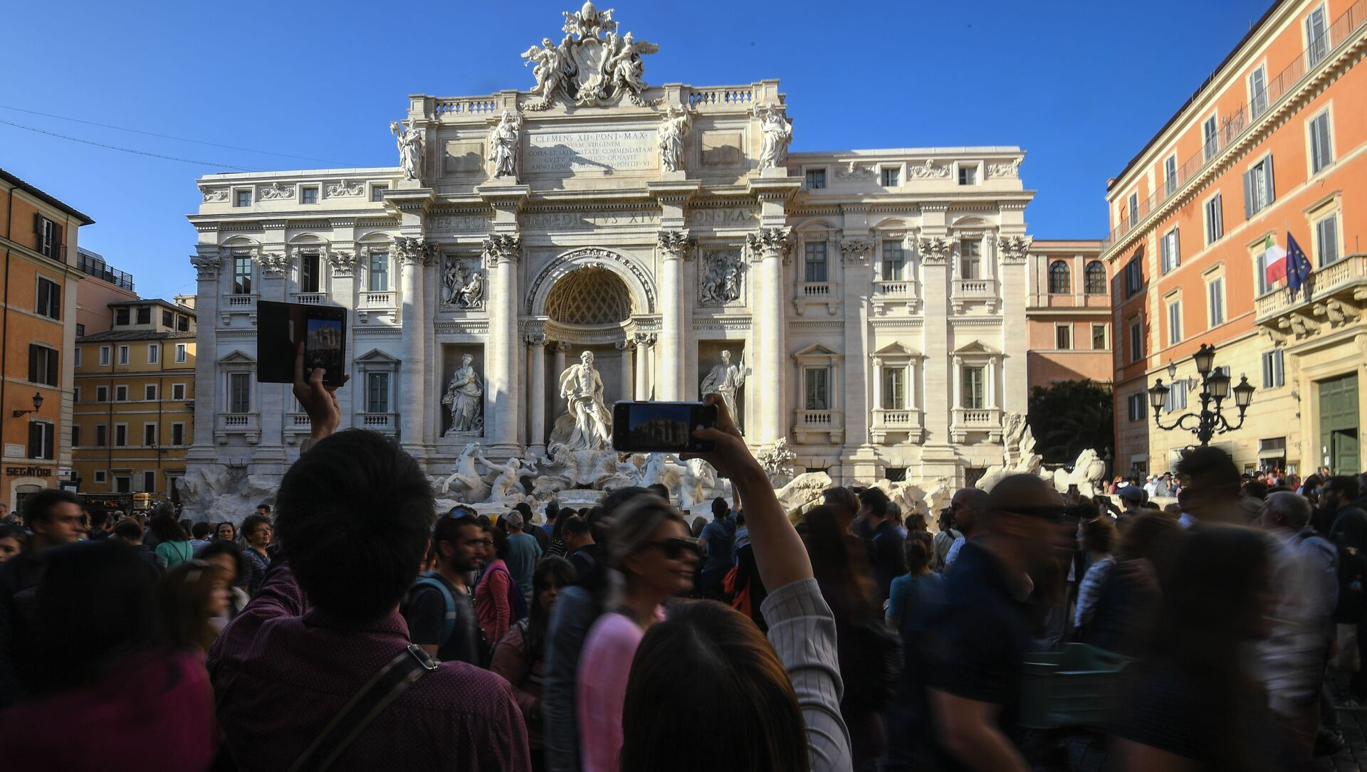 Turisti vicino alla Fontana di Trevi a Roma - Sputnik Italia, 1920, 28.02.2021