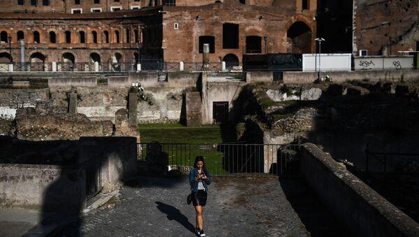 Ragazza al Foro di Traiano a Roma - Sputnik Italia