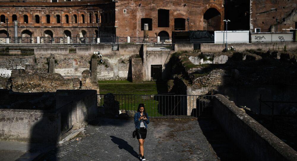 Ragazza al Foro di Traiano a Roma