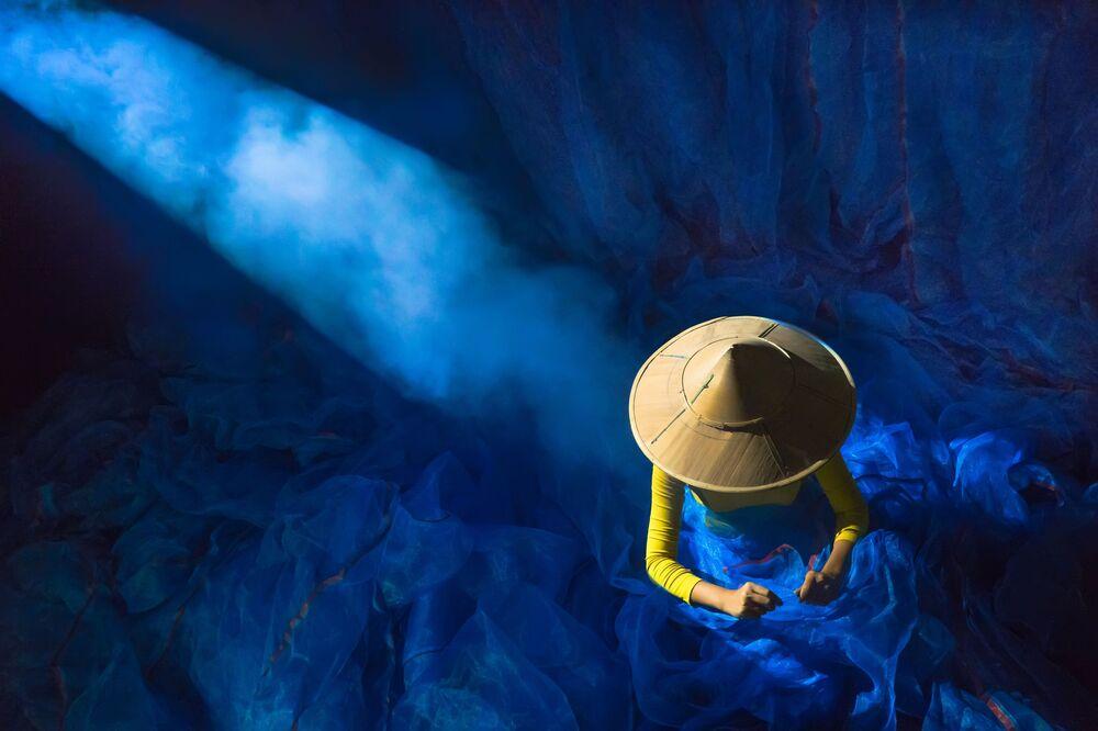 La foto 'Potenza della luce' presentata da Aung, fotografo dal Myanmar, al concorso delle migliori foto del mondo #Blue2019