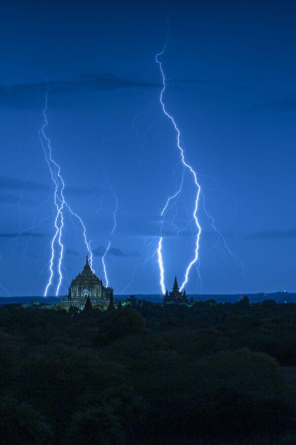 La foto 'Blue hour with lightning' presentata da Naing Tun Win, fotografo dal Myanmar, al concorso delle migliori foto del mondo #Blue2019 - Sputnik Italia