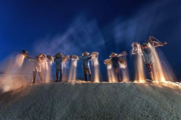 La foto 'Raccolta notturna del sale' presentata dal fotografo vietnamita Đỗ Tuấn Ngọc al concorso delle migliori foto del mondo #Blue2019  - Sputnik Italia