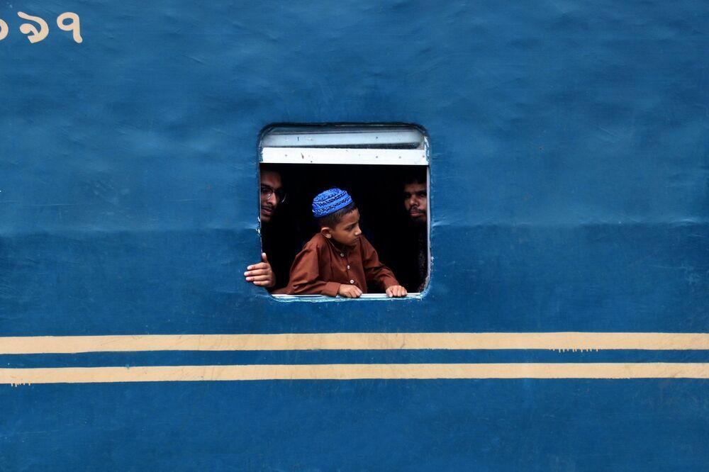 La foto 'Finestrino di un treno' presentata dalla fotografa del Bangladesh Sabina Akter al concorso delle migliori foto del mondo #Blue2019