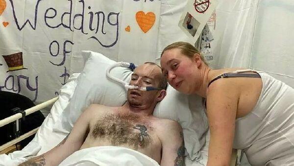 Laura e Gary Smart al loro matrimonio nell'ospedale di Northampton - Sputnik Italia