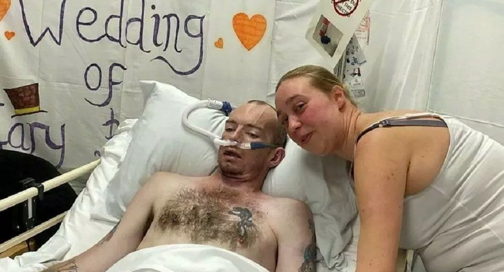 Laura e Gary Smart al loro matrimonio nell'ospedale di Northampton