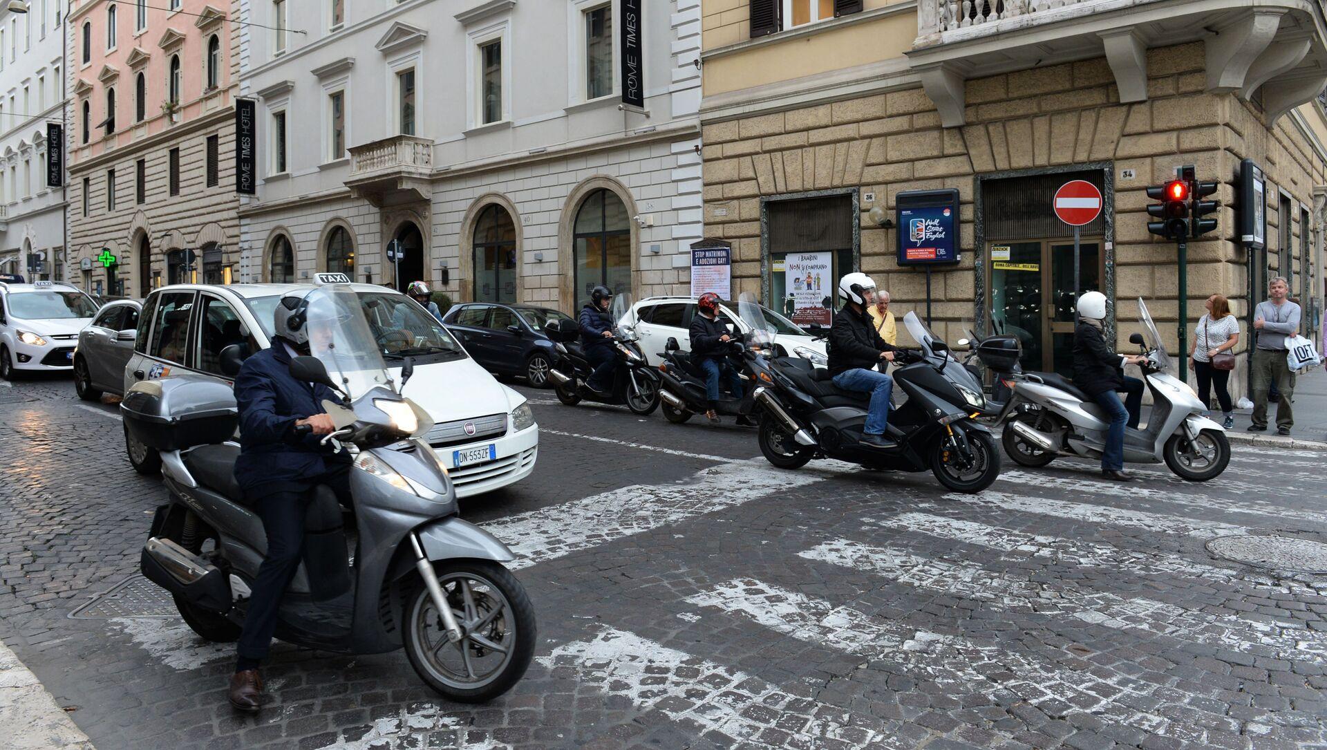 Traffico in una via di Roma - Sputnik Italia, 1920, 12.03.2021