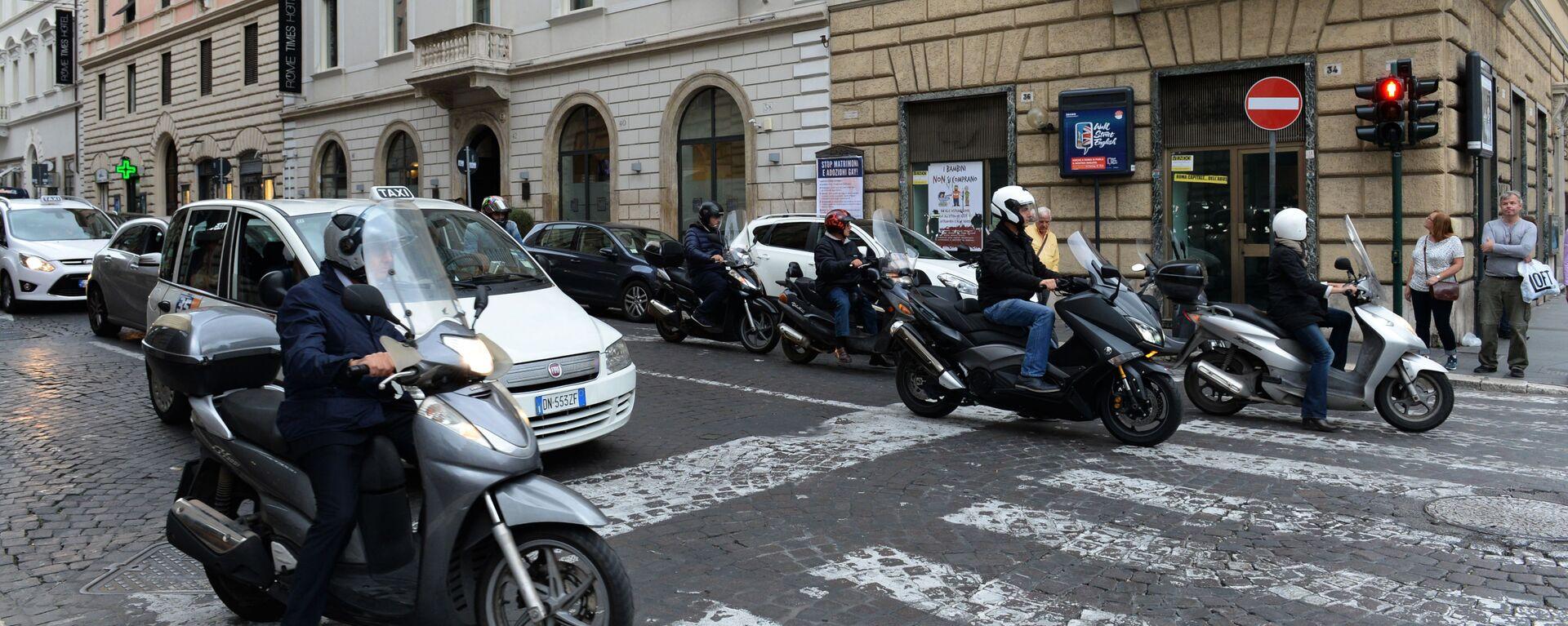 Traffico in una via di Roma - Sputnik Italia, 1920, 05.05.2021