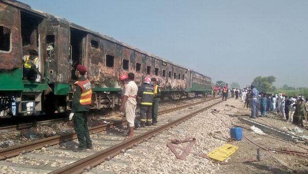 Treno in Pakistan, incendio a bordo fa almeno 70 morti - Sputnik Italia