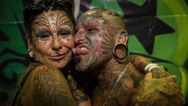 Il tatuautore uruguaiano Victor Hugo Peralta e sua moglie, la tatuatrice argentina Gabriela Peralta - Sputnik Italia