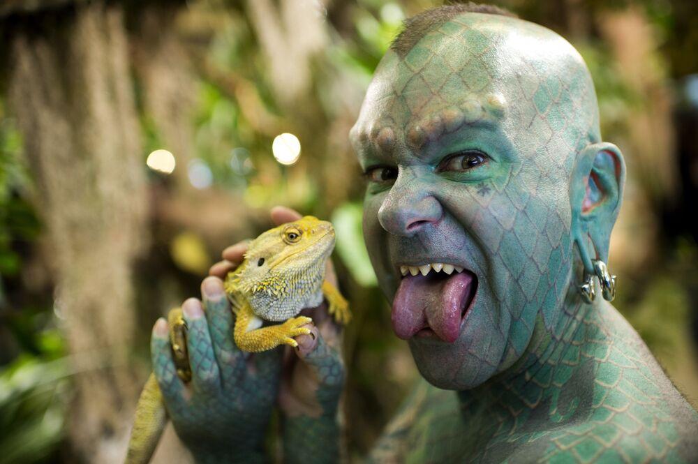 L'americano Erik Sprague soprannominato L'uomo Lucertola posa con un'iguana
