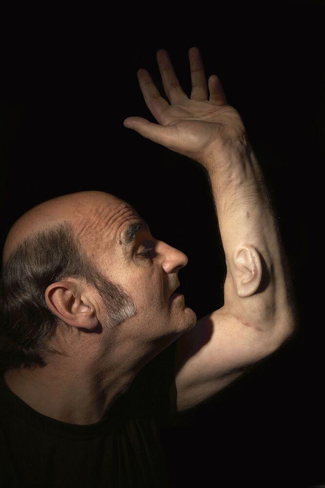 L'artista australiano Stelios Arkadiou che si fece impiantare sul braccio sinistro un orecchio creato in laboratorio dalle proprie cellule