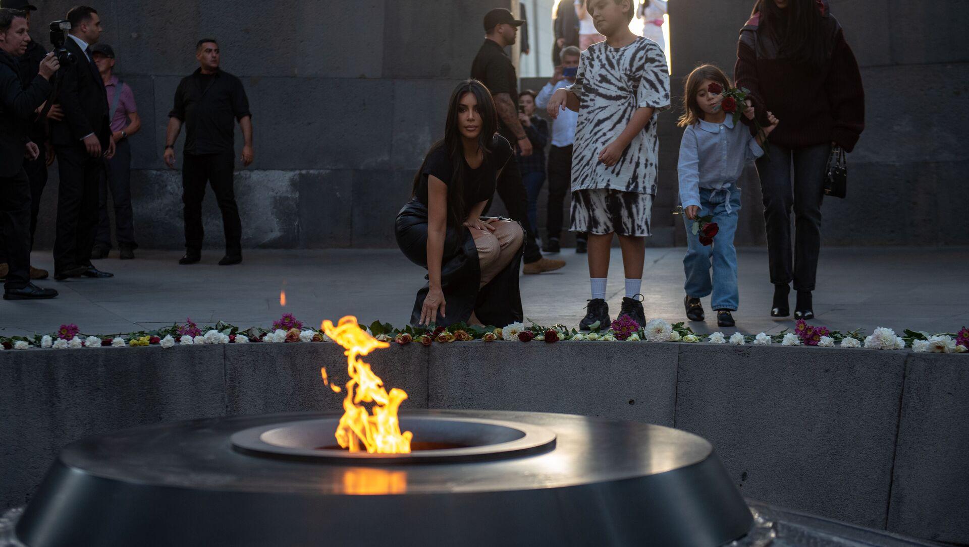 Kim Kardashian al Complesso Commemorativo del genocidio armeno Tsitsernakaberd, Yerevan - Sputnik Italia, 1920, 31.10.2019