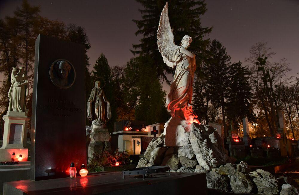Le candele sulle tombe dei defunti nel Giorno della Memoria al cimitero di Lychakiv a Leopoli (Ucraina)